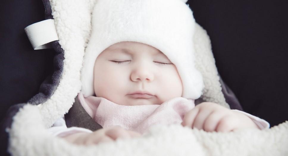Грудной ребёнок с пониженными значениями градусника спит